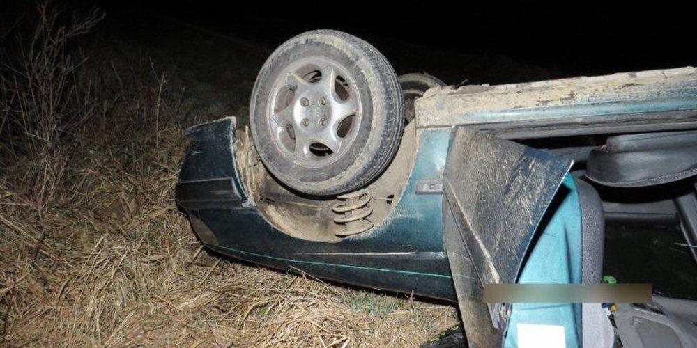 Nehoda v obci Belá, auto skončilo na streche, foto 1