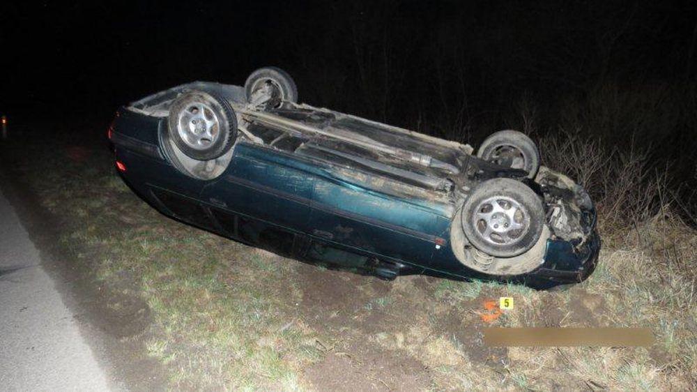 Nehoda v obci Belá, auto skončilo na streche, foto 2