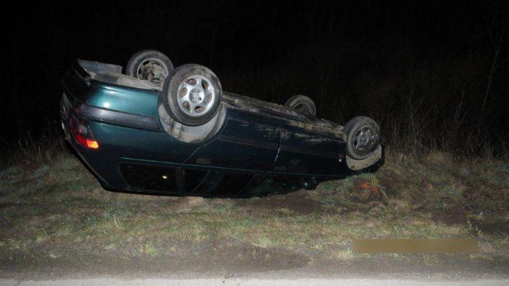 Nehoda v obci Belá, auto skončilo na streche, foto 3