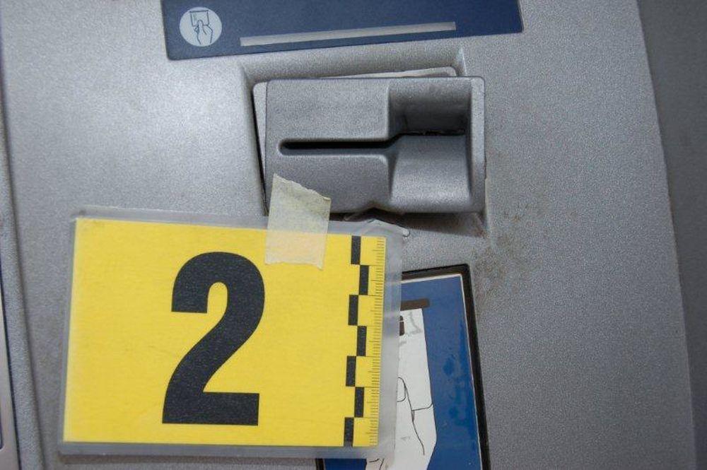 Podozrivú manipuláciu pri bankomate si všimli okoloidúci občania, foto 3