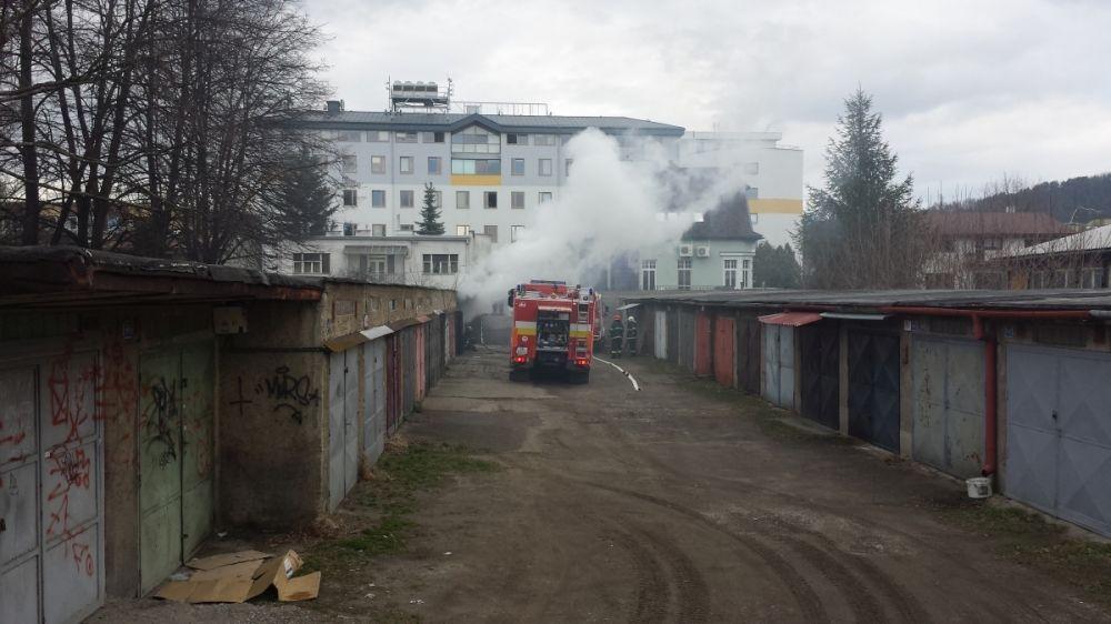 Požiar garáže na ulici Veľká okružná (foto Stanislav Jančík), foto 1