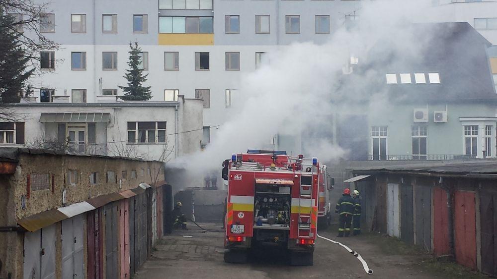 Požiar garáže na ulici Veľká okružná (foto Stanislav Jančík), foto 2