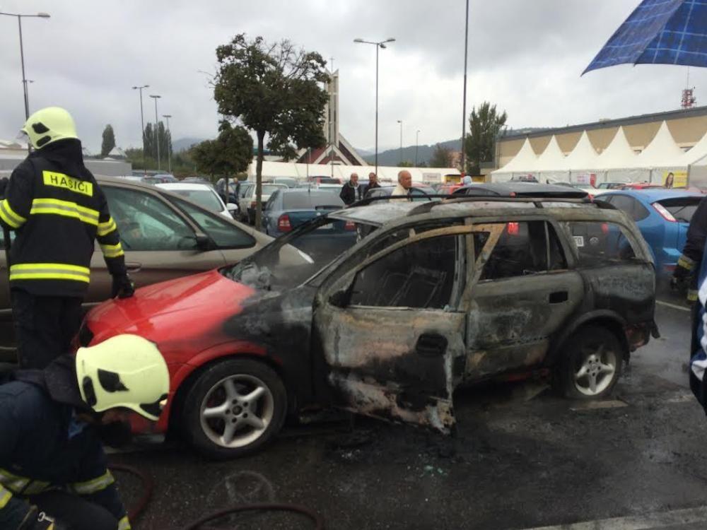 Pred Kauflandom zhorelo osobné auto, foto 1