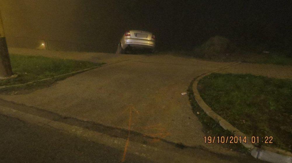 Šofér na Hájiku skončil až na betónových zábranách, foto 3