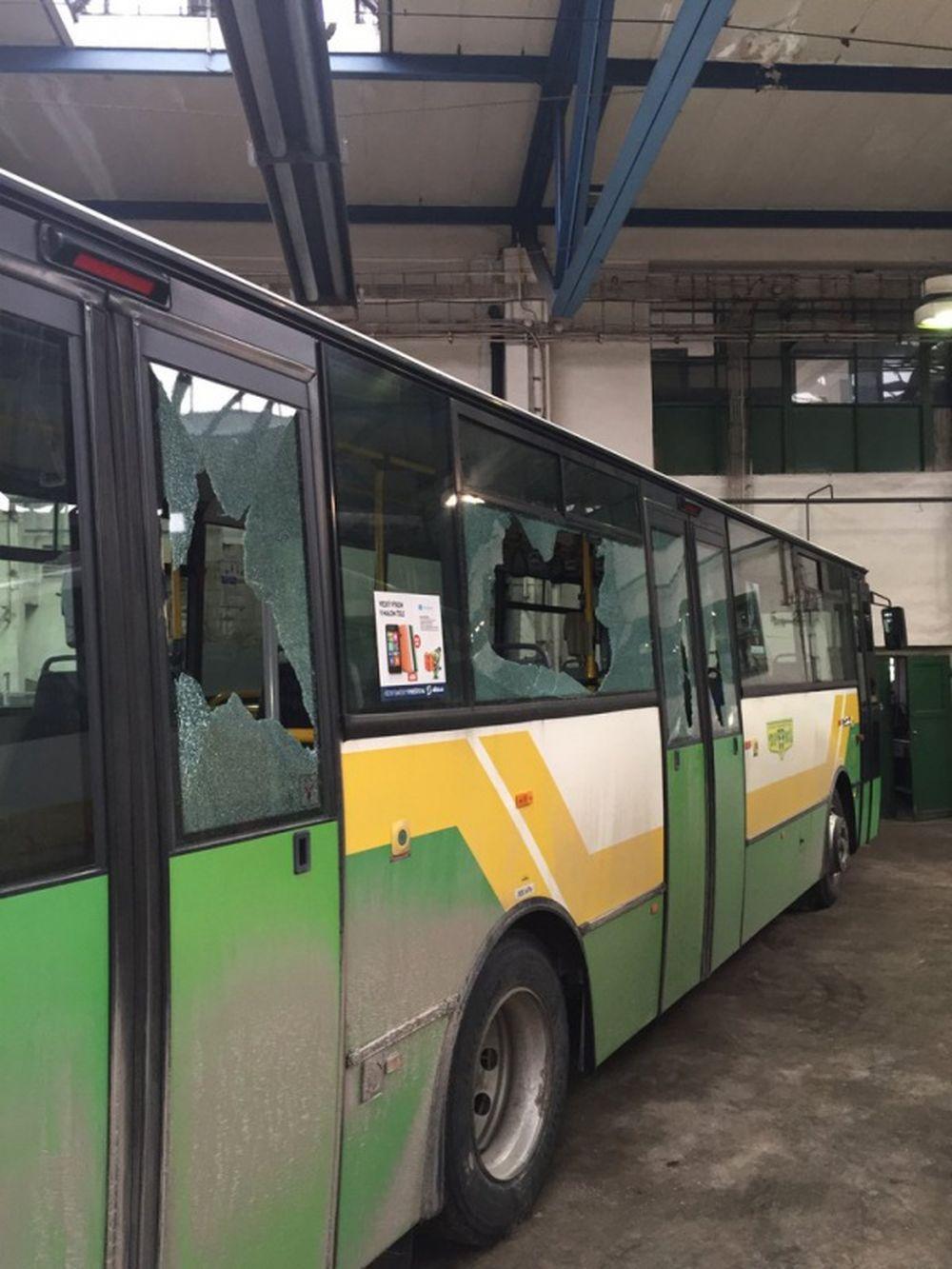 Vandali rozbili sklá na autobuse linky č.50, foto 1