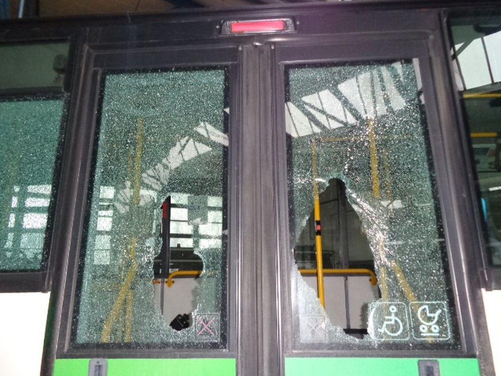 Vandali rozbili sklá na autobuse linky č.50, foto 2