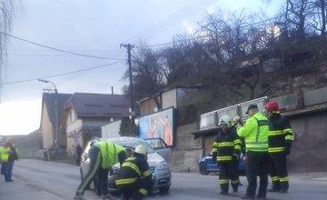 Dopravná nehoda v Považskom Chlmci, auto skončilo na streche