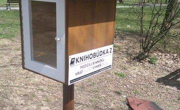 Neznámy vandal podpálil búdku na knihy, dobrovoľník ju opravil