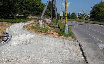 Nezmyselne zakončený chodník na Rosinskej ceste bude mať pokračovanie