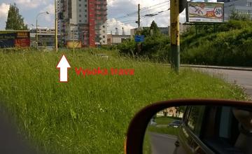 Nebezpečenstvo na križovatkách v Žiline, tráva je nepokosená
