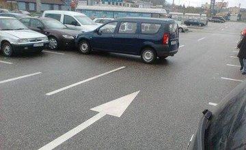 Parkovanie s nezatiahnutou ručnou brzdou, vozidlá v ceste
