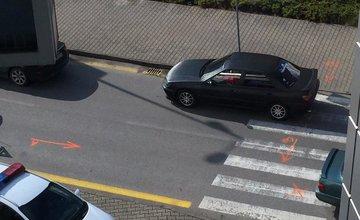 Nehoda auta a chodkyne pri obchodnom centre MAX Solinky