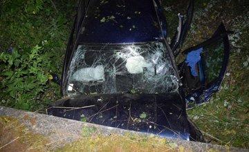 Vodička narazila čelne do betónového mostíka, zranila sa celá posádka