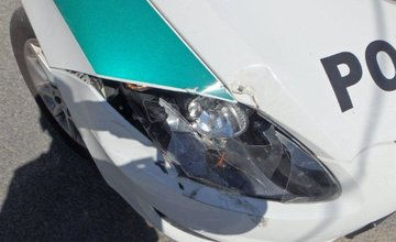 Mladík bez vodičského preukazu a ŠPZ havaroval, jeho spolujazdec napadol hl