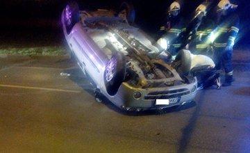 Vozidlo prevrátené na streche na sídlisku Solinky, ulica Smreková