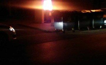 Cez noc vyčíňali vandali - požiar aj posprejované auto