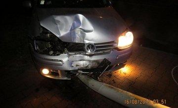 Opitý vodič nabúral do stĺpa verejného osvetlenia