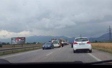 V Tepličke nad Váhom zrážka 4 vozidiel, zranili sa tri osoby