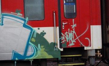 Muž posprejoval vozeň na železnici, hrozí mu 1 rok za mrežami