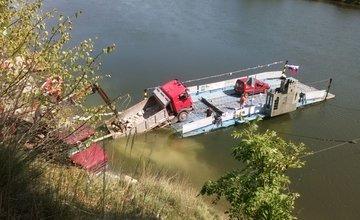 Z kompy v Strečne sa zošmykol do vody nákladiak