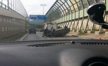 Hrozivo vyzerajúca nehoda pri Rondli, ďalšia na Hollého ulici