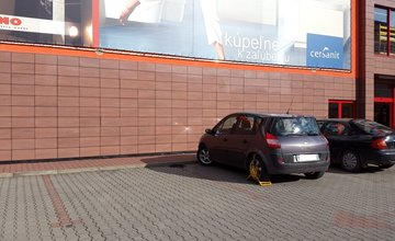 Nedostatočne označené parkovisko pre ZŤP pri predajni Merkury Market