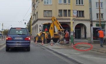 Prasknuté vodovodné potrubie na ulici Veľká Okružná, pri Auparku