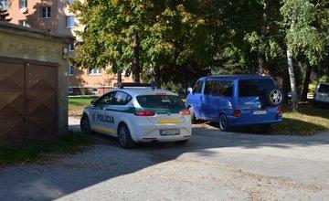 Polícia uzavrela časť ulice za panelákom na Hlinskej ulici