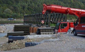 Práce na dočasnom moste ponad rieku Kysuca v mestskej časti Vranie