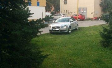 Parkovanie vozidiel na tráve, ulica Hlinská