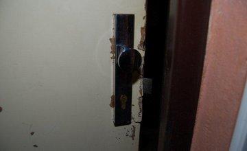 Muž sa vlámal na sídlisku Vlčince do 2 bytov, spôsobil škodu za 6800 eur