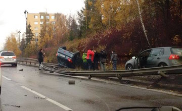 Dopravná nehoda na ulici Mostná, auto na streche - 18.11.2015
