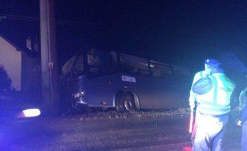 V Bitarovej narazil autobus do elektrického stĺpa