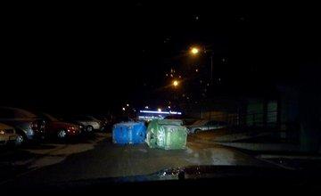 Vandalizmus na Javorovej ulici: prevrátené kontajnery v strede cesty