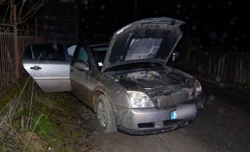 Po 2 dňoch objavila hliadka kradnuté auto, 22-ročný vodič sa snažil uniknúť