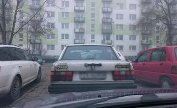 Muž na Vlčnincoch blokuje starými automobilmi parkovacie miesta