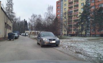 Papuče na vozidlách - parkovanie na tráve - ulica Hlinská
