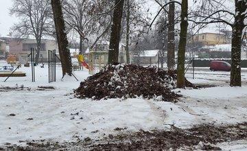 Kuriózna zimná údržba v parku na Rosinkách