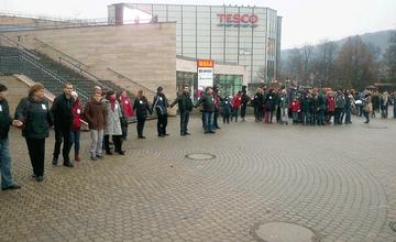 Stovky ľudí dnes v Žiline vytvorili živú reťaz na podporu učiteľom