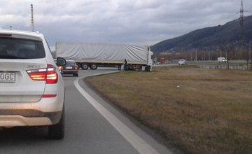 Vzpriečený kamión pri Vodnom diele Žilina - 9.2.2016