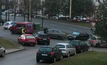 Nesprávne parkovanie na sídliskách a rozdávanie papúč