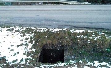 Chýbajúci poklop šachty na Rosinskej ceste