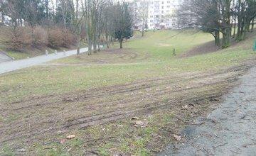 Prejazd vozidiel po tráve na sídlisku Vlčince - Hlboká cesta