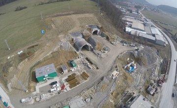 Letecké zábery z výstavby diaľnice D3 pri Žiline: úsek Strážov - Brodno