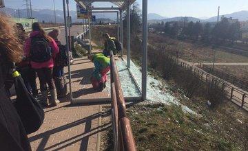 Rozbité sklo na autobusovej zastávke Rajecká, mliekáreň