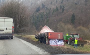 Vyťahovanie kamióna z priekopy, Strečno, 15.3.2016