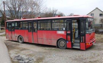 Len 20-ročný mladík sa vlámal do autobusu, ukradol 30€ a tankovaciu kartu