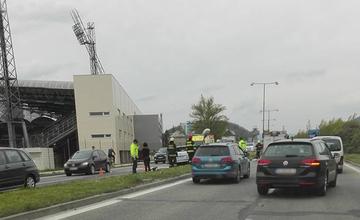 Na Ľavobrežnej narazilo auto do stĺpu osvetlenia 01.05.2016