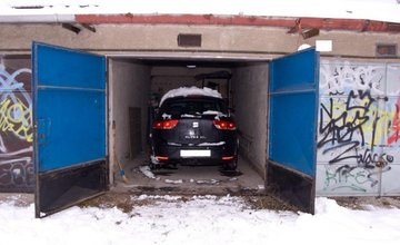 Policajti v Žiline odhalili mužov, ktorí odcudzili auto