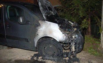 Policajti zadržali podpaľačov, ktorí zničili autá na Hájiku a v Rajci